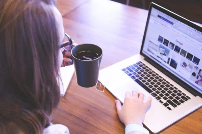 Frau flirtet am Laptop