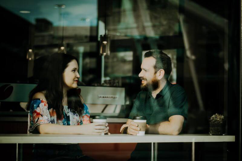 Paar beim Date im Cafe