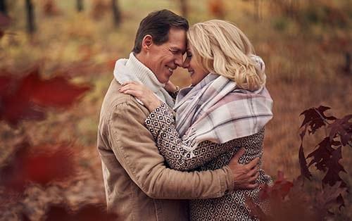 reifes Paar umarmt sich im Wald