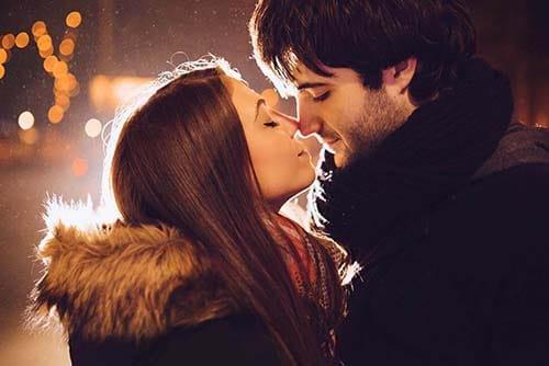 Paar berührt sich mit der Nase