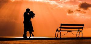 Paar umarmt sich im Sonnenuntergang
